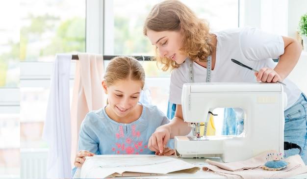 Tailor geeft les aan studenten