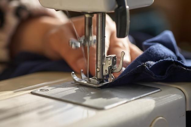 Tailoring process - vrouwenhanden achter haar naaien