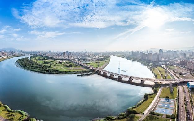 Taipei city aerial view - azië bedrijfsconcept afbeelding, panoramisch modern stadsgezicht gebouw vogelperspectief onder overdag en blauwe lucht, geschoten in taipei, taiwan.