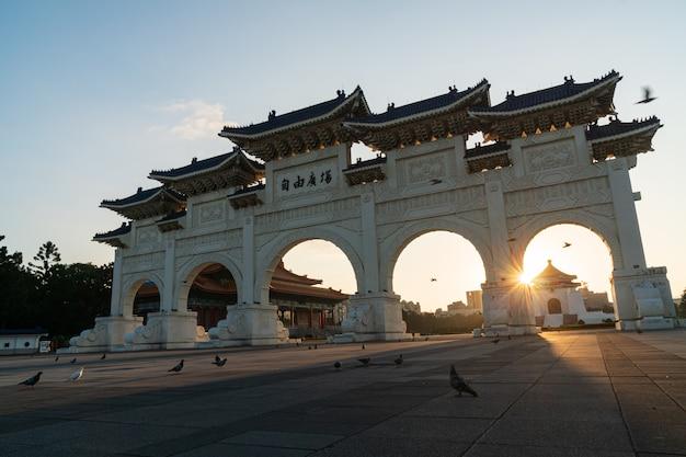 Taipei, taiwan - 11 november 2019: de hoofdingang van de nationale herdenkingshal van chiang kai-shek (cks) op zonsopgang, taipei, taiwan