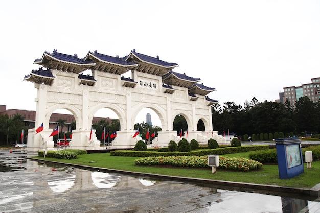Taipei, taiwan - 12 oktober 2018: de hoofdingang van chiang kai shek memorial hall (national taiwan democracy memorial hall) in regenachtige dag taipei, taiwan.