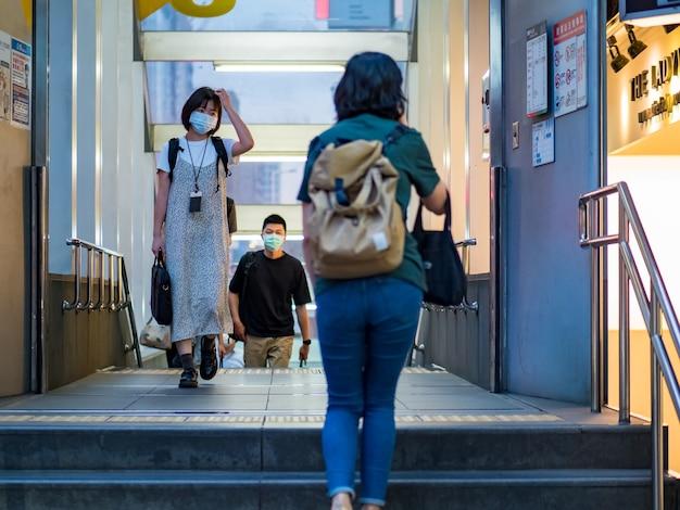 Taipei, taiwan - 14 mei: passagiers met een chirurgisch masker op 14 mei 2021 in taipei, taiwan. er zijn 160.686.749 bevestigde gevallen van covid-19, waaronder 3.335.948 doden in de wereld.