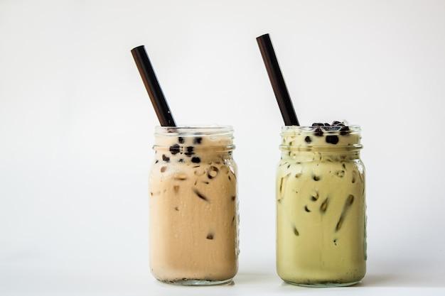 Taiwan ijsmeelthee en taiwan groene thee met melk en bubbeloba met stro