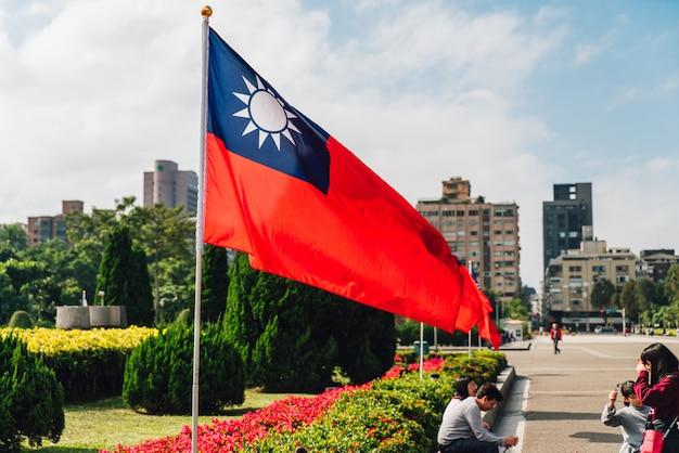 Taiwan nationale vlag zwaaien in de wind met toeristen.