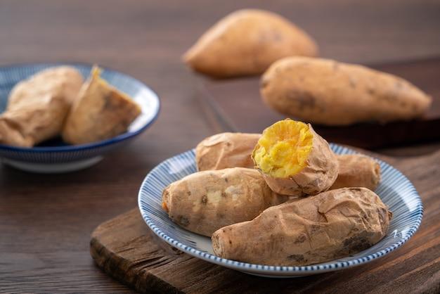 Taiwanees eten - zelfgemaakte heerlijke verse geroosterde zoete aardappel in een bord om te eten.