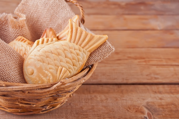 Taiyaki japanse straatvoedsel vis-vormige zoete vullende wafel op een mand