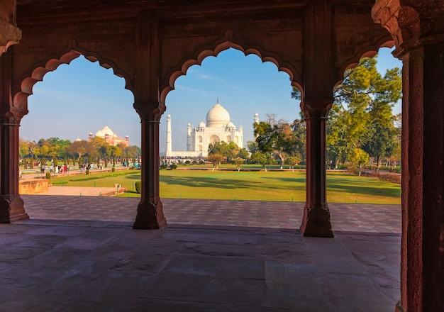 Taj mahal door de boog van de grote poort, india.