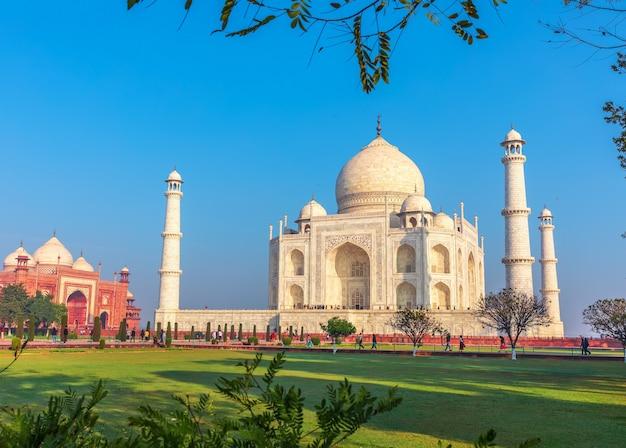 Taj mahal en de blauwe lucht, prachtig uitzicht, india.