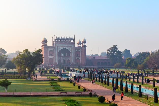 Taj mahal gate uitzicht in india, uttar pradesh, agra.