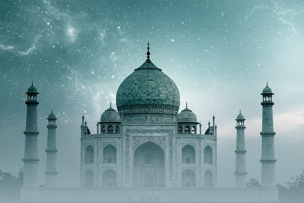 Taj mahal india, nachthemel met sterren en mist over taj mahal in agra