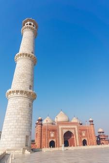 Taj mahal - mausoleum - moskee, gelegen in agra, india. hoge witte toren