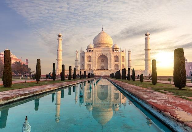 Taj mahal onder de zonsondergangwolken, agra, india.