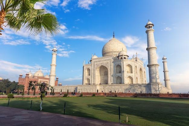 Taj mahal tomb en het uitzicht op de moskee, india, agra.