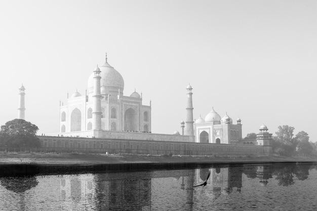 Taj mahal weerspiegeld in yamuna river in zwart en wit.