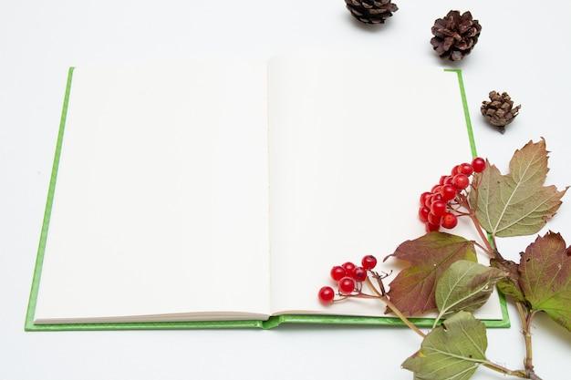 Tak met rode viburnumbessen en notitieboekje