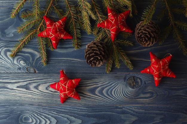 Tak van de kerstboom met dennenappel en sterren