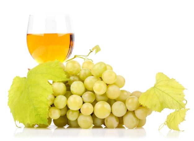 Tak van druiven en glas wijn op wit wordt geïsoleerd