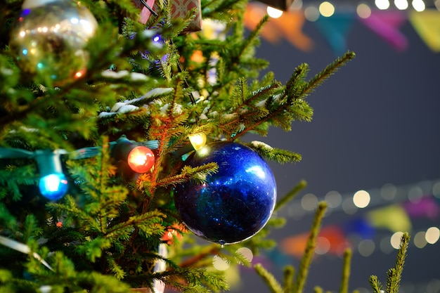 Tak van een kerstboom buitenshuis. detailopname.
