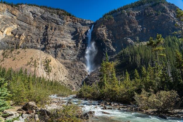 Takakkaw falls en yoho river in de zomer in