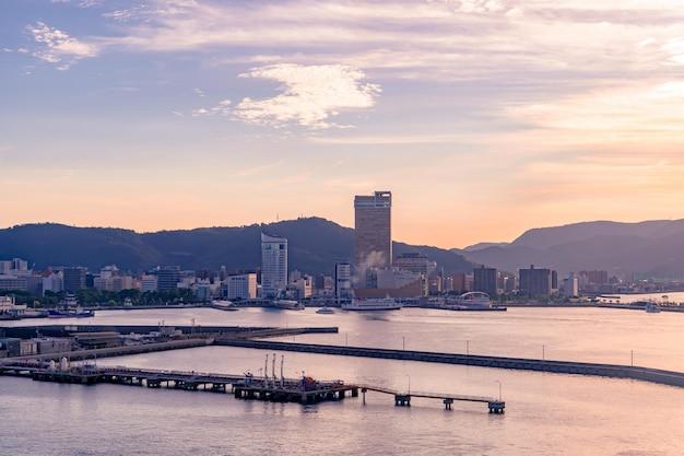 Takamatsu bay city terwijl de zon ondergaat
