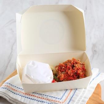 Take away ayam geprek is populair straatvoedsel in indonesië. gemaakt van krokante kip smashed in sambal bawang (chili knoflooksaus)