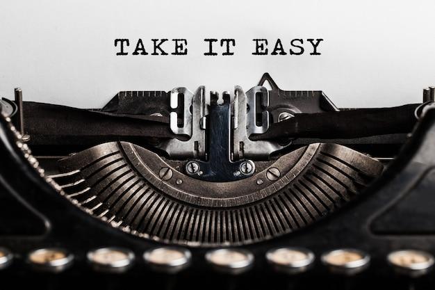 Take it easy slogan geschreven door een typemachine