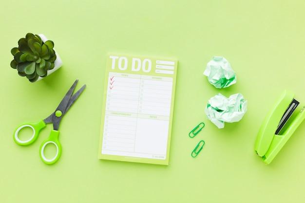 Takenlijst en groen briefpapier