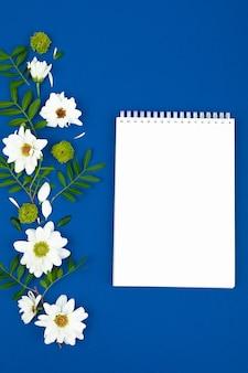 Takenlijst: rode wekker, potlood en notitieboek