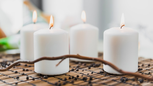 Takje in de buurt van brandende kaarsen