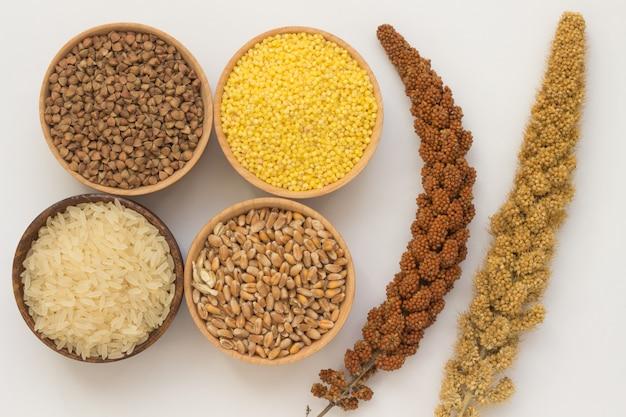 Takje rode gierst, gele giersttakje. boekweit, gierst, rijst en tarwe in houten kisten