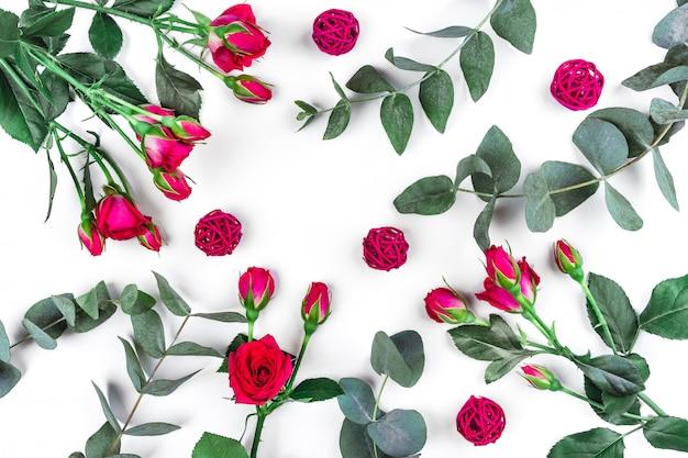 Takjes eucalyptus en rozen op wit