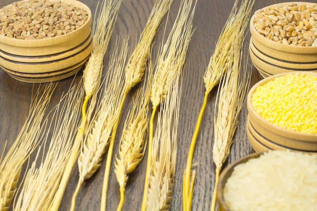 Takjes gerst. tarwe, boekweit, rijst, gierst in houten kisten