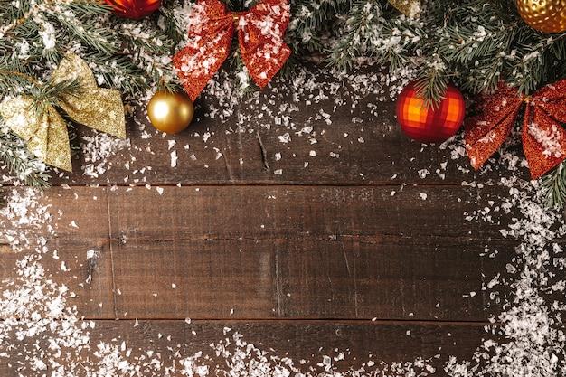 Takken van een kerstboom en nieuwjaarsversieringen