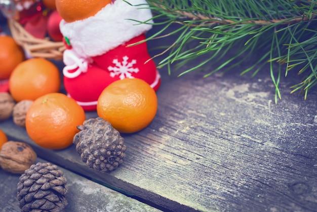 Takken van een kerstboom op oude planken.