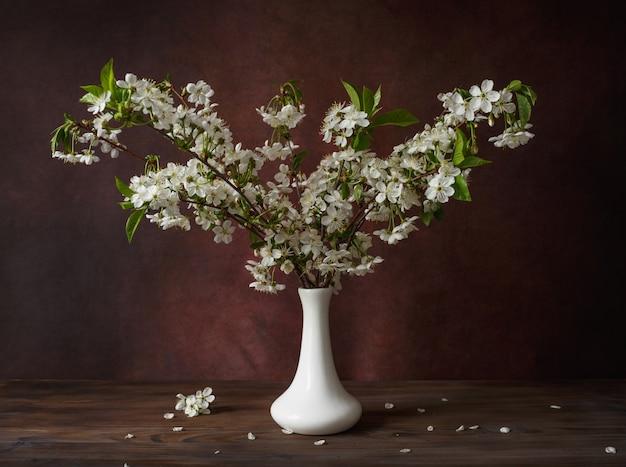 Takken van kersenbloesem op een bruine achtergrond