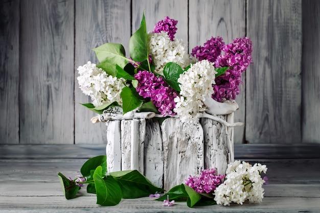 Takken zijn gekleurde lila in een mand