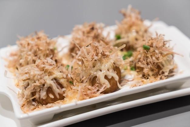 Takoyaki op een witte plaat