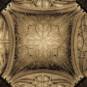 Tal van interessante details in dit kathedraalinterieur van sevilla (spanje) - 400 jaar oud