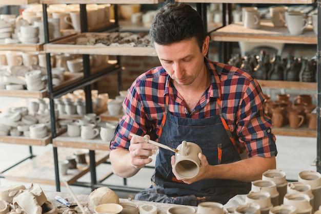 Talanted blanke man die decoratie maakt voor cup.