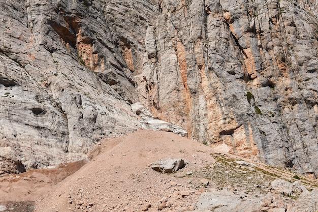 Talus aan de voet van een steile, verweerde klif in een bergachtig gebied