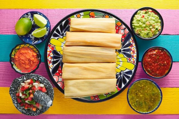 Tamale met maïsblad en sauzen guacamole