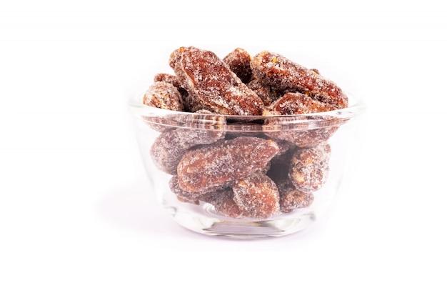 Tamarinde met het zout en de suiker van de spaanse pepersmengeling wordt op wit wordt geïsoleerd gemengd dat. snoep zoet eten.