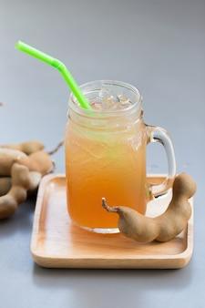 Tamarinde sap met suiker op grijze tafel.