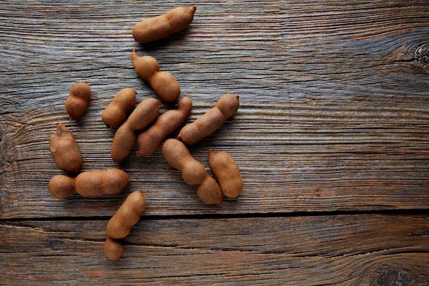 Tamarindo-tamarindevruchten rijp op bruin hout