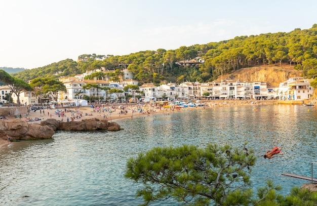 Tamariu-strand in de stad palafrugell in de zomerzonsondergang. girona, costa brava in de middellandse zee