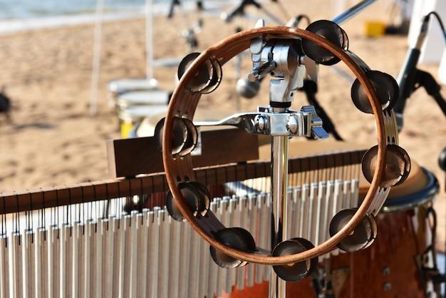 Tamboerijn hangen op percussiestandaard