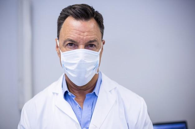 Tandarts chirurgisch masker dragen in tandheelkundige kliniek