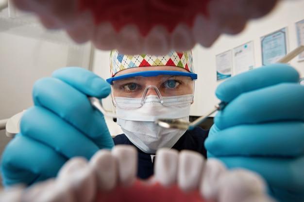 Tandarts die de mond van de patiënt onderzoekt