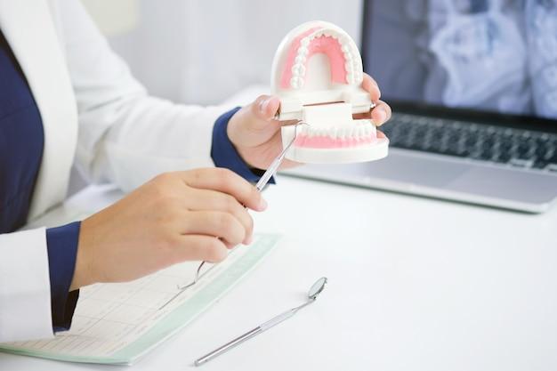 Tandarts die een geduldige tanden medische behandeling onderzoekt op het tandkantoor
