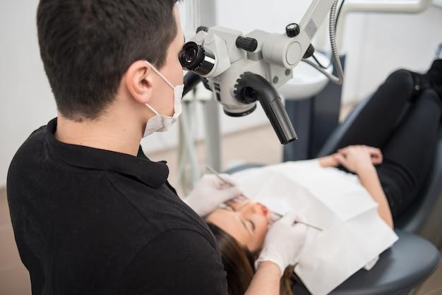 Tandarts die geduldige tanden behandelt bij tandartspraktijk